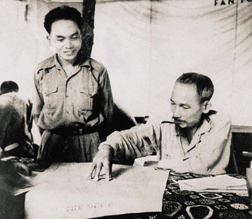 Giap, de pé, durante a guerra contra os franceses