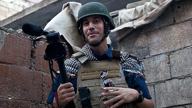 O fotógrafo assassinado, em atividade na Síria. Foto dele mesmo.