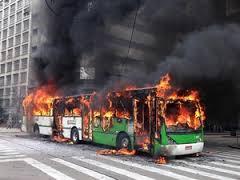 Ônibus incendiado por manifestantes. Imagem do portal G1.