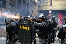 Policiais disparam contra a multidão.