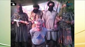 O refém francês, ajoelhado diante dos carrascos.  Imagem dos sites jihadistas.