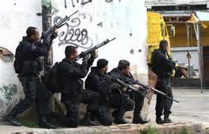 Policiais em ação na favela.