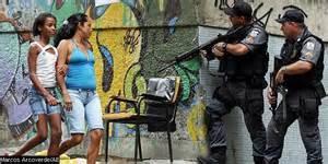 Uma difícil convivência entre as forças da lei e a população.