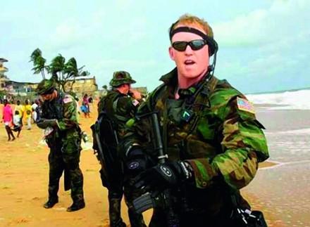 O tenente O'Neill, em primeiro plano.