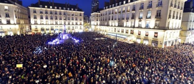Franceses se reúnem no centro de Paris para protestar contra o atentado.