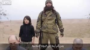 O menino-carrasco do ISIS, ao lado de um terrorista.