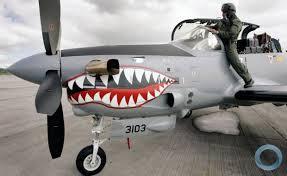 Avião Tucano, fabricado no Brasil, utilizado em bombardeios na Colômbia.