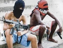 Crianças armadas, cena corriqueira em nosso país.