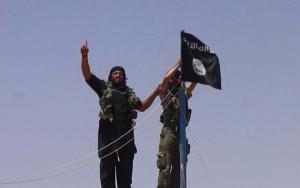 O símbolo do terror, a bandeira negra, sobre o campo de batalha.
