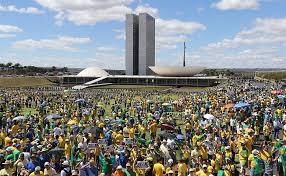 Uma multidão em frente ao Congresso Nacional.