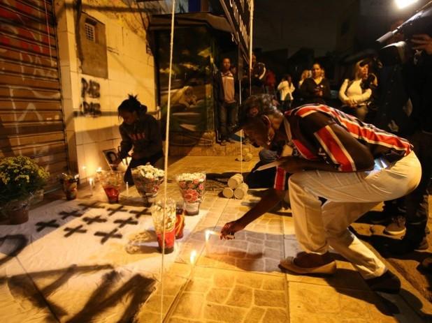 Um dos locais da chacina de 13 de agosto. Moradores fazem vigília.