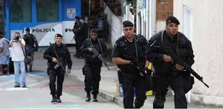 PM em ação nas favelas: armamento desviado.