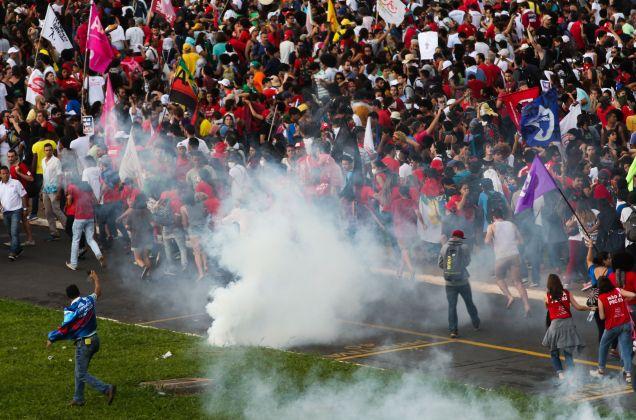 Confronto diante do Congresso Nacional. Foto Agência Brasil.